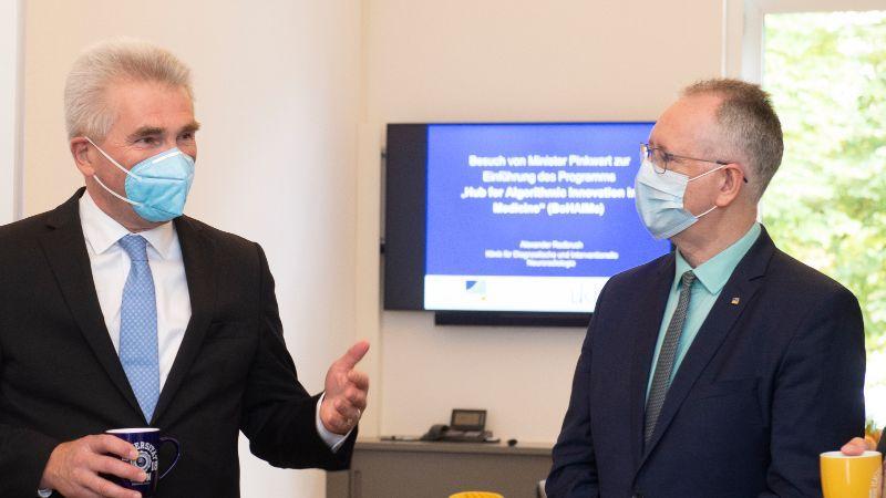 Minister Pinkwart überreicht den Förderbescheid