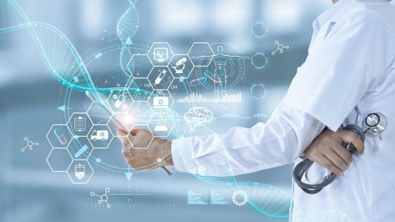 Symbolbild digitale Medizin mit Stethoskop und virtuelles Hologramm