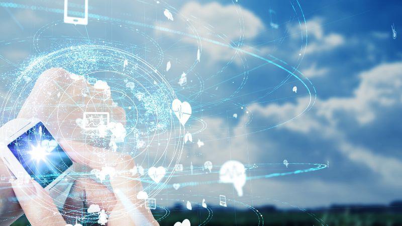 Digitales Landschafts-Hologramm mit Smartwatch am Handgelenk